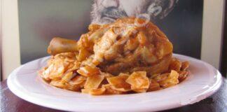 Χωριάτικος κόκορας με χυλοπίτες - Traditional rooster with noodles