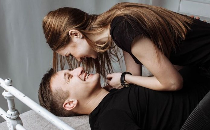 νέοι ενήλικες που κάνουν σεξ βίντεο για το πώς να πιπιλίζουν ένα καβλί