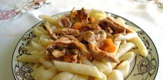 Κοτόπουλο κοκκινιστό με ζυμαρικά – Απλά, νόστιμα και γρήγορα