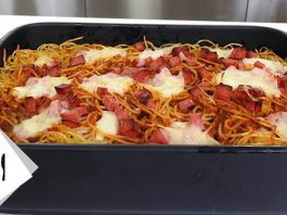 Σπαγγέτι φούρνου με σαλάμι και τυριά