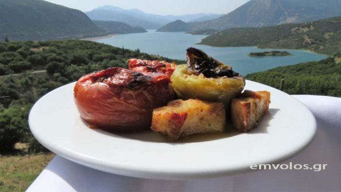 Γεμιστές ντομάτες και πιπεριές με κιμά - Μια καλοκαιρινή πανδαισία γεύσεων