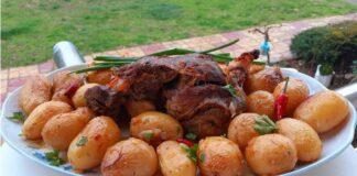 Κατσικάκι στη γάστρα με πατάτες μπέιμπι